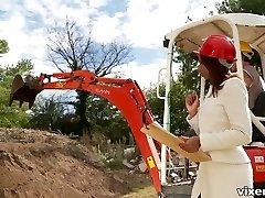 Hot ebony builder Katia De Lys sucks hard salami of her worker