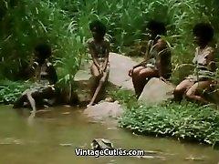 赤裸上身的非洲女孩做一个部落舞蹈(1970年代复古)