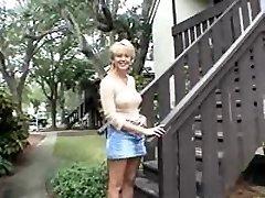 Velké blondýnka máma a malý černoch