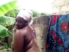 الأفريقية فاتنة يأخذ دش