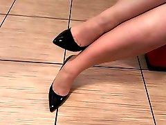 Černé vysoké podpatky fetiš s punčochy a nohy