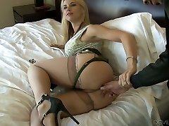 Nádherné blond dívka na posteli deepthroats černý péro a ohyby nad