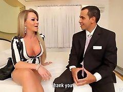 Tranny Nikolly Gaucha takes massive cock
