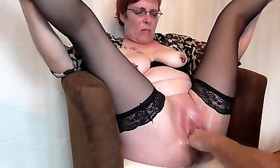 Mature squirting fisting climaxes
