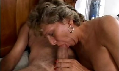 Mature is getting her dirty bum humped