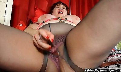 Round mom is dildoing her mature pussy thru pantyhose