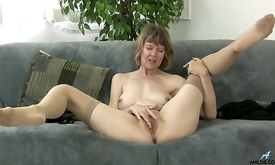 British mommy rubbing her clit
