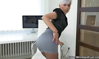 Euro cougar Kathy White gives her pantyhosed pussy a handle