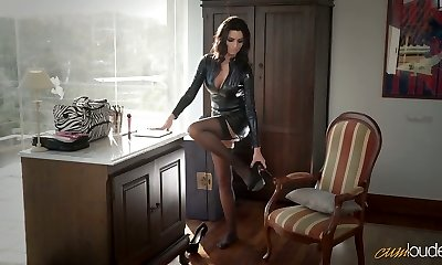 Sexy mommy in latex Ania Kinski gets plumbed properly