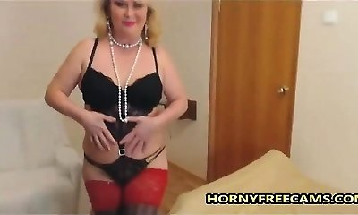 Solo mature slut frolicking her experienced puss