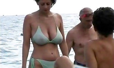 dates25com Hot cougar in bikini at the beach