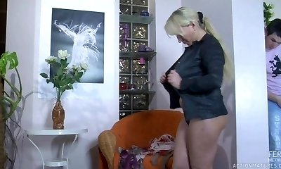 Sexy MILF pulverizes and swallows