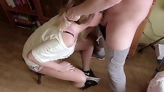 extraordinaire étouffement désordre throatfuck. un tas de salive et de foutre sur les baskets nike