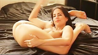 Flexible gymnast gets bare stretching that shaved pussy