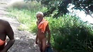 Velho brocha e negra cracuda fodendo nr mato