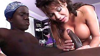obrovské-boobed brunetka s roztomilý korisť dostane mačička jesť zo trpaslík