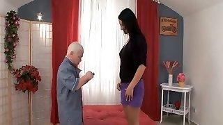 vysoký a leggy čierne vlasy miláčikovi dostane plumbed o trpaslík