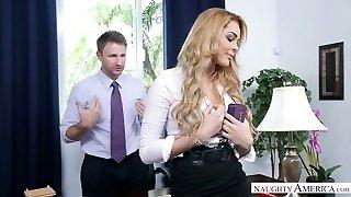 világos hajú titkárnő megbaszott kegyetlenül a hivatal által lenyűgöző főnök