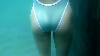 nádherné asijské ultra-cutie megumi maoka plave v bazénu