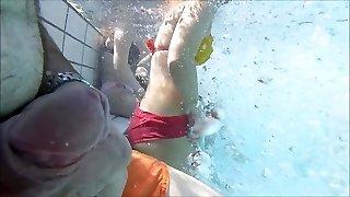 mi diverto con il mio beefstick vicino a un uber-cute ragazza in piscina