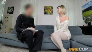 Võltsitud Cop Seksikas ühe MILF võrgutab mundris politseinik