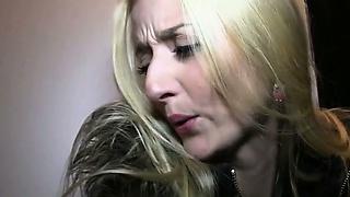 Sexy blond kočička a krku prdeli ve veřejném suterénu