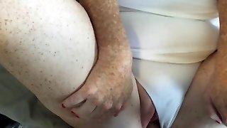 charrue aux cheveux blonds dans le milky g-string jism sur les nichons et les culottes