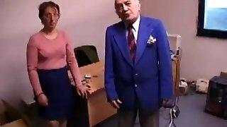 bruto-dame plumbs ja lakub vanem kutt's rump