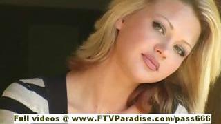 Svetlana aranyos szőke lány iszik cofee