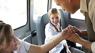 egyetemista lány a törvény a buszon