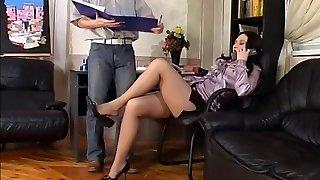 nohy honění v kanceláři