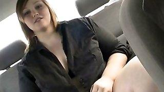 Grosse brune se masturbe dans sa voiture