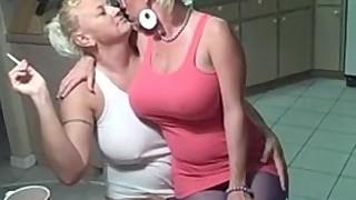 Le tabagisme lesbiennes gros seins