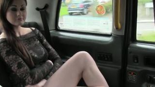 Krásná Britská dívka hluboko v krku ve falešné taxi