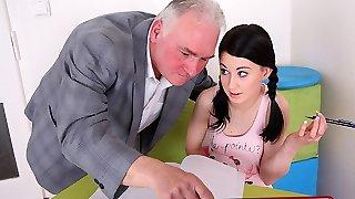trickyoldteacher-школьный учитель убеждает студента взорвать стояк и трахнуть ее приманку трудно