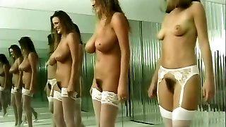 les brunettes dansent nues en bas et en talons