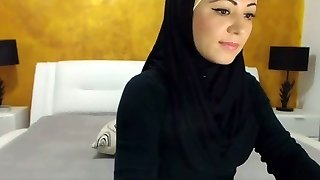 Stunning Arabic Hottie Cums on Camera