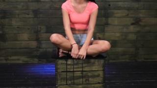Brutale de la domination à l'adolescence pieds et poings liés