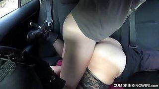 une salope baisée par des inconnus dans sa voiture