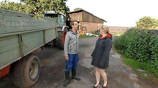 le adolescent fermier arrose de son jus de noisette les cheveux clairs du village