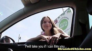 l'auto-stop petit hongrois reçoit les pilotes de flux de sperme sur son