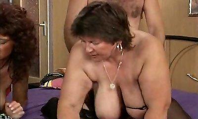 bunica cu bun-sized saggy sânii devine