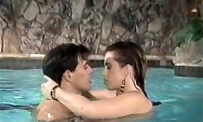 ontuchtige donkerharige meid geeft buitengewone deep throat in het zwembad