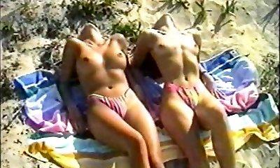glamour trage pe plaja (de epocă)