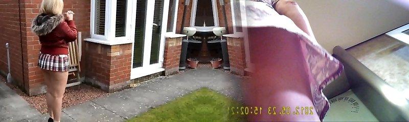 volwassen buurman met korte minirok en naakt achterkant buiten