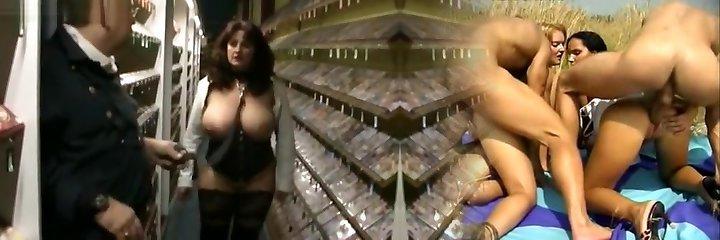 Videothek Mass Ejaculation! Sperma-Drecksau Heidi schluckt alles!