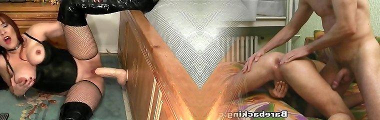 ultra-kinky dame speelt met een grote melkweg faux-cock