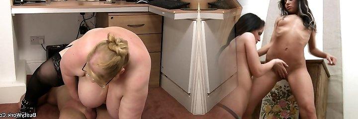 amplio paragolpes femenino en gafas rieles su pierna en el trabajo