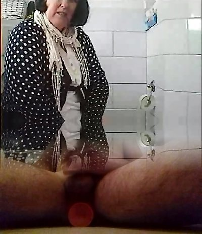 Mature lady pissing while filmed on hidden camera