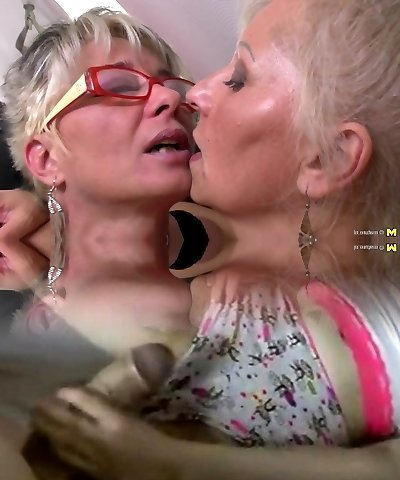 Perfect mature mothers at girl-on-girl threesome